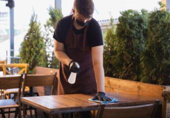 serveur-travaille-dans-restaurant-masque-medical-gants-pendant-pandemie-coronavirus_155003-13953