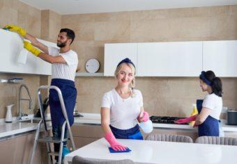 equipe-service-nettoyage-au-travail-dans-cuisine-dans-maison-privee_130111-3560