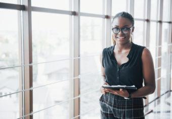 femme-affaires-afro-americaine-reflechie-portant-lunettes-tenant-documents_146671-15760