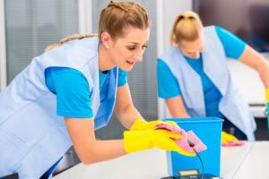 femmes-menage-travaillant-dans-bureau_79405-420